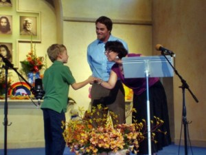 """Fourth-grade student receives his year-end """"Quality"""" award at LWS"""